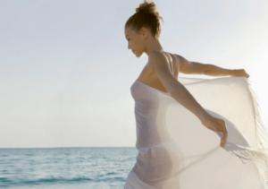 Un femme sur la plage en maillot avec un voile