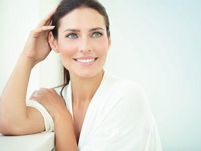 Il y a une belle femme, maquillé, par l'esthéticienne de l'institut de beauté ashley. Soins visage